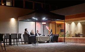 Personengruppe im Raucherzelt bei Nacht