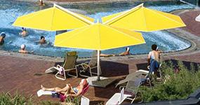Ampelschirme im Schwimmbad